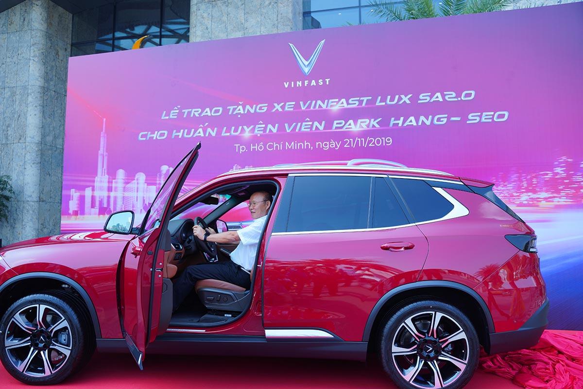 Sự kiện tặng xe Vinfast cho HLV Park thu hút nhiều sự chú ý của độc giả